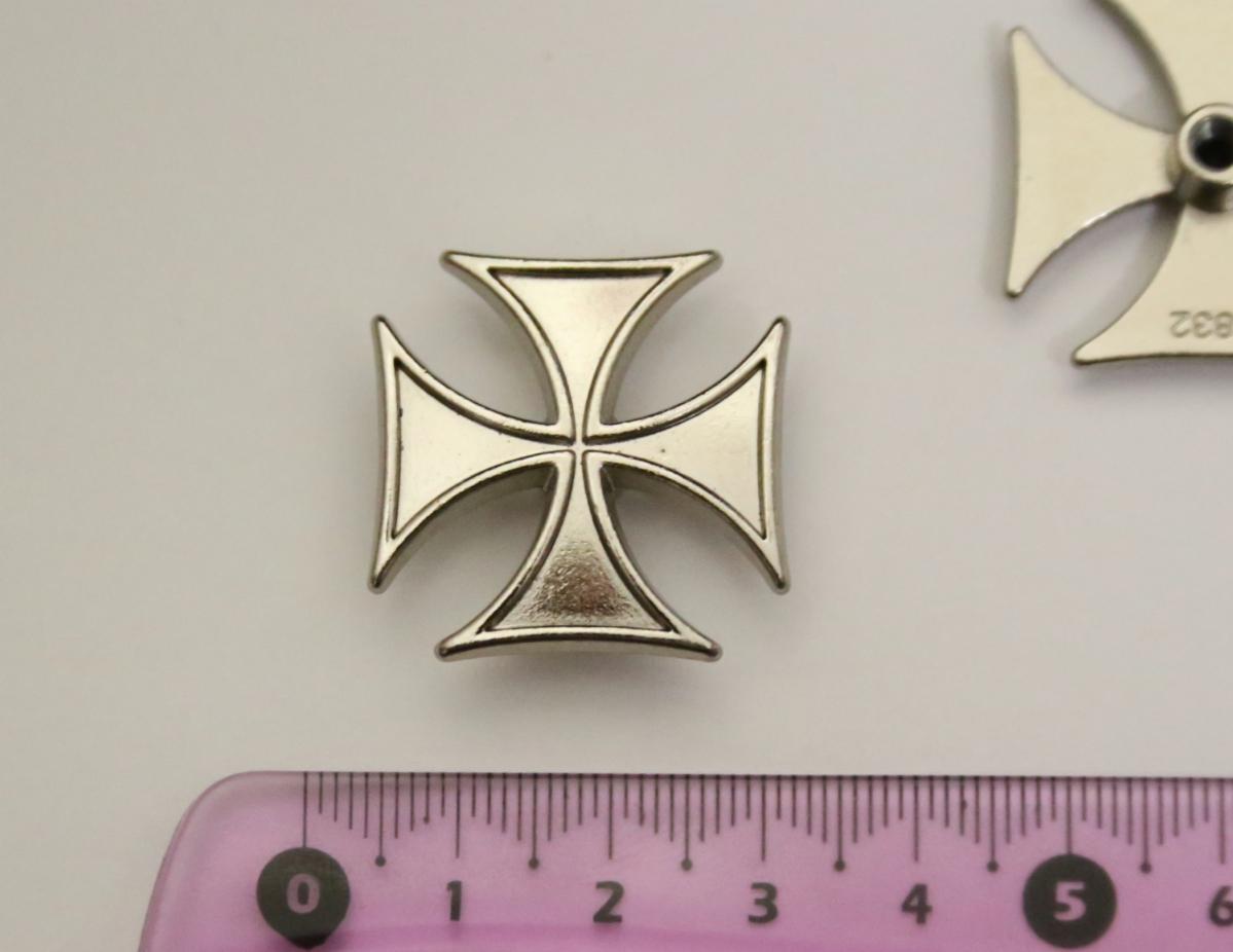 Conchos 2 Stück Concho Nieten zum Schrauben 25 mm Iron Cross Eiserners Kreuz Malterser
